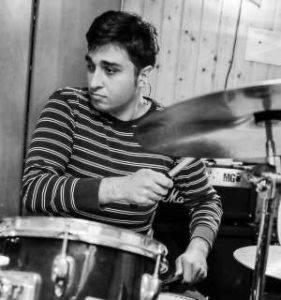 Daniel Schlagzeuglehrer spielt
